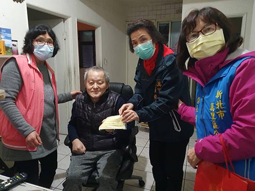 萬里區長粘雪琴(右2)和公所同仁親送口罩到獨居身障行動不便者家中