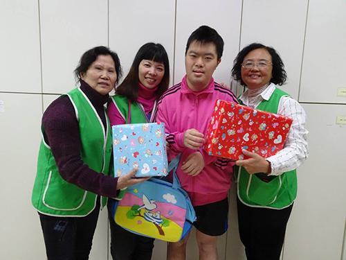 何秋菊(左1)帶領志工為春節準備賀禮(新北市社會局提供)