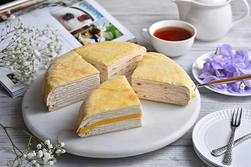 Global Mall新左營車站推塔吉特千層蛋糕,限時任選2片蛋糕加2顆桑椹果凍,推薦價214元。