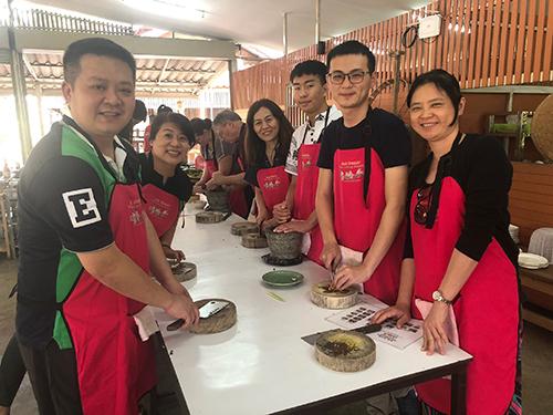 南華大學葉月嬌副教授帶領自然療癒碩士班修習「慢食與美食科學」的學生前往泰國進行移地教學,並至廚藝教室學習。