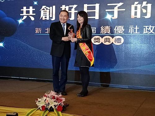 林月霞接受新北市長侯友宜頒獎(張汶寧攝)