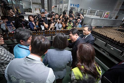 總統蔡英文視察台酒防疫用酒精生產情形