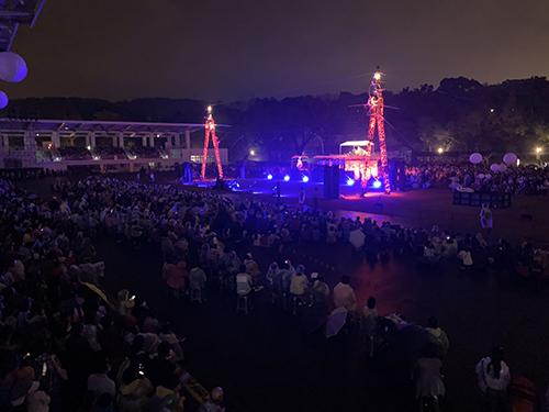 這一幕超驚人! 民眾:表演好看到下雨都不走