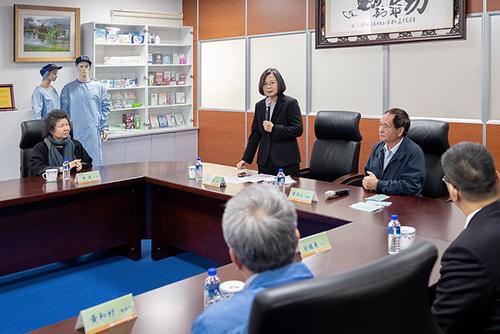 參訪國內不織布大廠 總統蔡英文感謝「南六企業」投入防疫工作