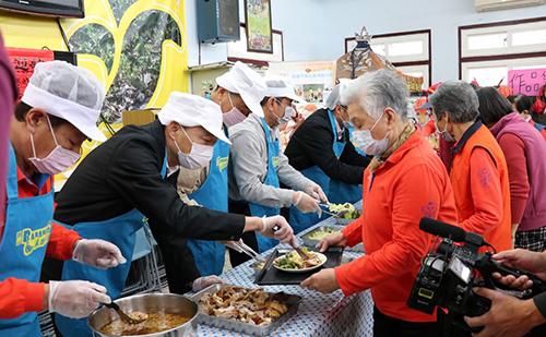 高雄市長韓國瑜至旗山關心長輩健康 替長輩打菜
