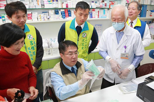 7旬藥師為了防疫單獨賣口罩忙翻 台南市長黃偉哲打氣