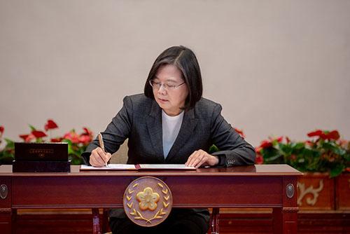簽署防疫紓困條例 總統蔡英文:盡全力防堵疫情