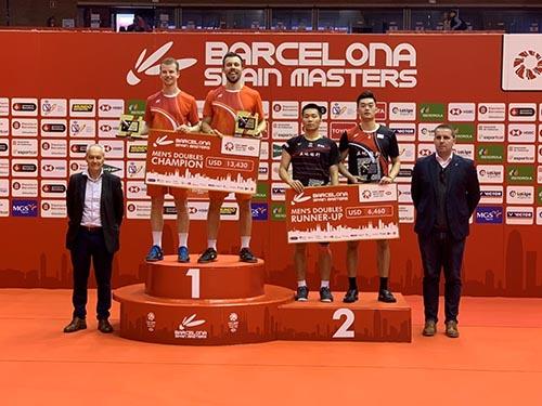 土地銀行羽球隊員王齊麟(右2)、李洋(右3)參加2020年西班牙羽球大師賽,榮獲男子雙打第2名