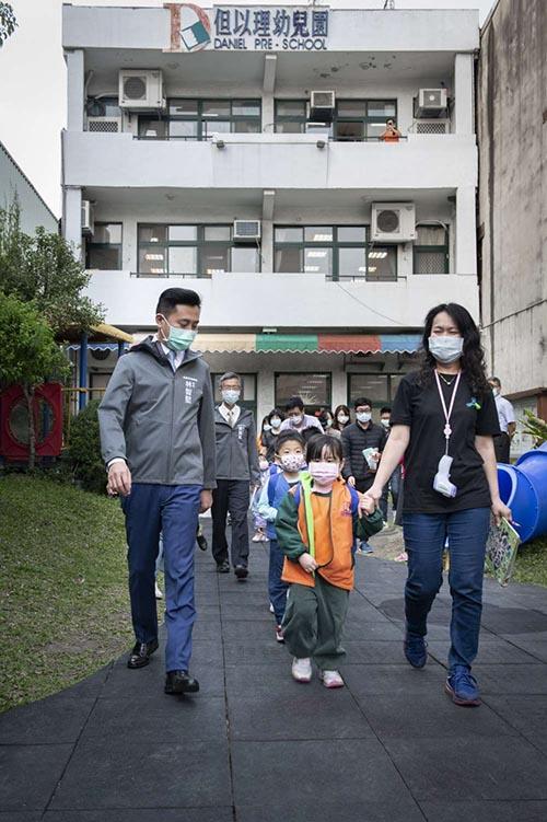 新竹市長林智堅視察幼兒園為學童量體溫