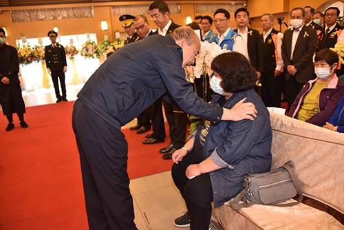 悼念警消執勤殉職 高雄市長韓國瑜出席追思會慰問