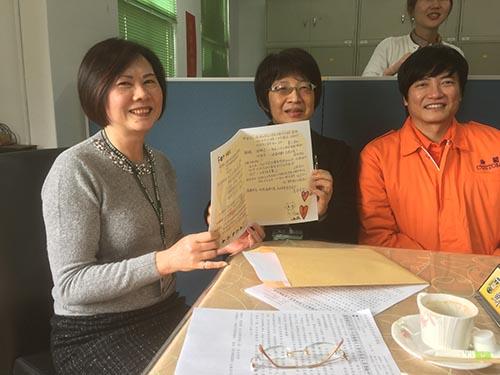 基隆關基層關員昨日利用者會的機會,由于乃茂組長(中)、蕭志清股長(右)代表,把簽的滿滿的溫情話語的大卡片,致贈給蘇淑貞關務長(左) 留念。(記者陳念祖攝)