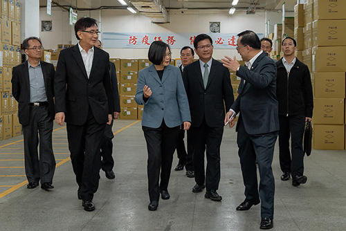 總統視察及慰勞中華郵政公司防疫物流作業同仁