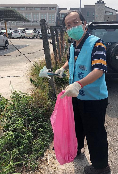 屏東縣環保志工戴口罩 撿拾廢棄口罩