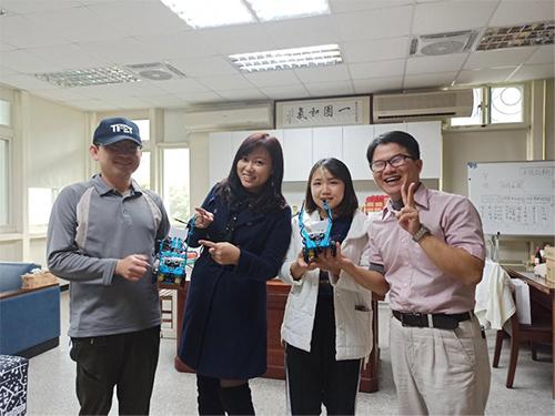 張云棻校長與老師們展示AI防疫機器人成品