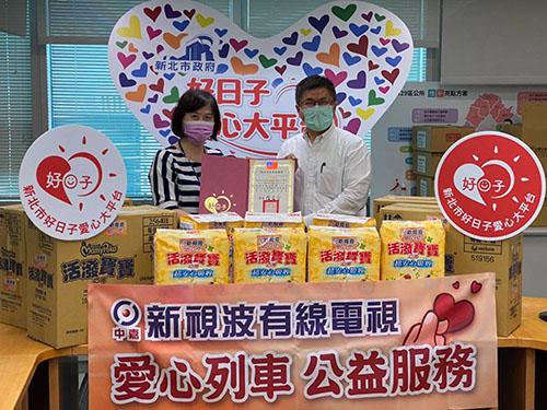 劉文湘科長贈送感謝狀給新視波有線電視公司特助薛宏基(右)(新北社會局提供)