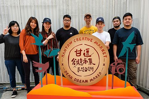 山峸製作設計創辦人袁浩程(右一)、吳重毅(右三)及顏尚亭(左二)與其團隊及「2020年新富町文化市場」的規劃與布置