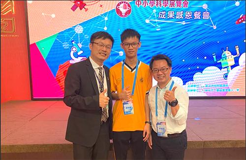 瑞芳高工陳宇其同學(中)獲得獎學金(左-教育局張明文局長