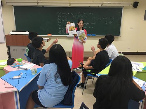 雙溪高中越南語老師吳氏春梅老師上課採分組方式,讓學生說出越南美食的單字(照片提供:雙溪高中)
