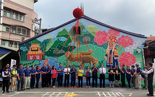 張巧靜老師帶領竹山高中美術班完成竹山三元宮慚愧祖師彩繪壁畫,為竹山街景增添美景