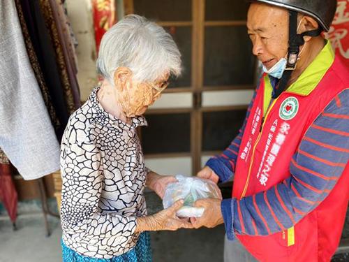 暖心志工送餐到宅 台南市營養餐飲服務關懷長者零距離