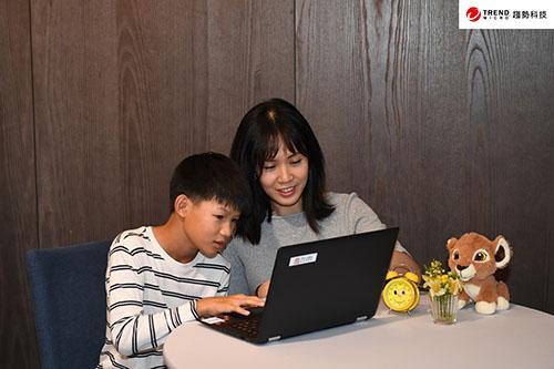 家長可以制定好網路使用規則,與孩子事前溝通,並以身作則樹立好榜樣。