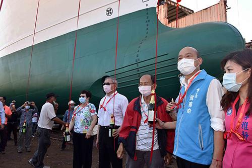 遠洋漁船添主力 高雄市長韓國瑜出席秋刀魷釣船下水典禮