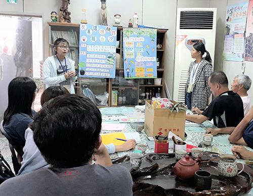 吳姿儀(左前1)、江翊瑄同學(右前1)自製海報向社區居民推廣友善環境耕作