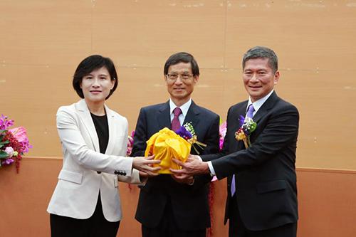 文化部長完成交接 新任部長李永得盼台灣文化盛開美麗花朵