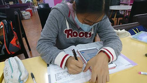 學生拿平板發問及學習解題