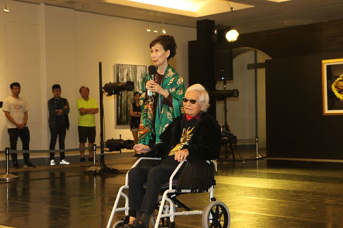 柯錫杰與妻樊潔兮出席108年10月國立國父紀念館「絕對·詩學―柯錫杰 玖齡 影像藝術展」開幕式致詞(國父紀念館提供)