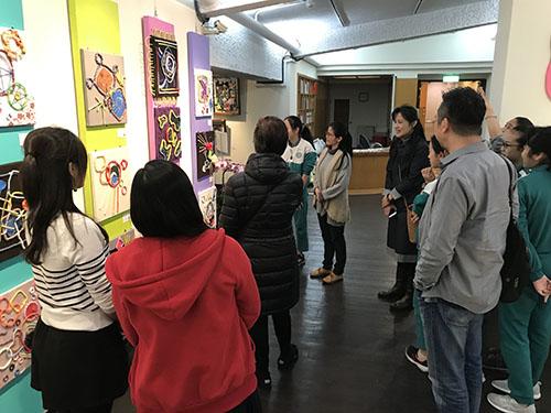 淡水國小美術班畢業展-學生進行作品導覽