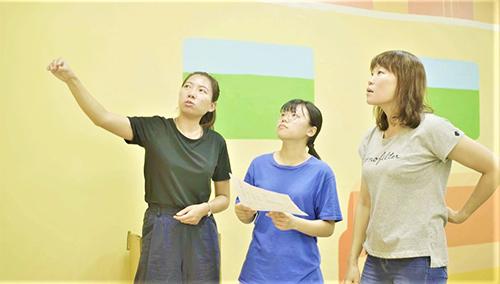 葉湘庭(左2)及黃弈樺(左1)與用人單位共同討論牆面設計