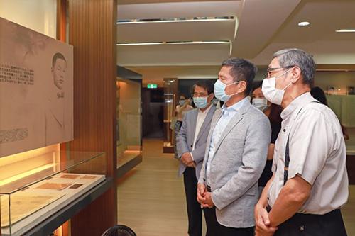 文化部長李永得在賴和基金會董事賴悅顏(賴和長孫)陪同下,參訪賴和紀念館。