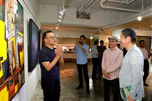 藝術家林熺俊(左一)導覽畫作