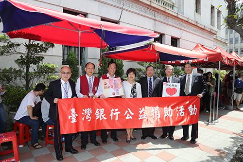 台灣銀行捐血活動,該行董事長呂桔誠(右3)、總經理邱月琴(右4)率同高階主管於捐血活動現場,號召民眾捐血救血荒並感謝熱情相挺的民眾。