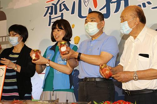 侯友宜在啟動記者會中製作莎莎醬(新北市府社會局提供)