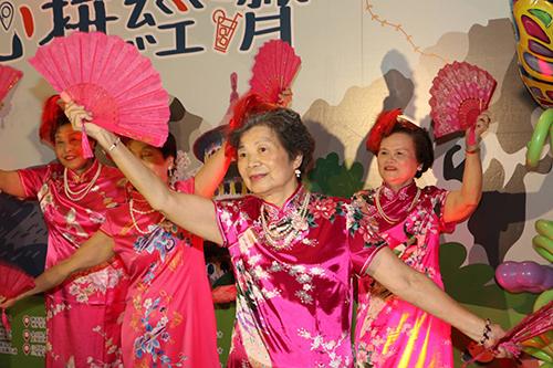 五股貿商社區千歲團以旗袍舞舞出社區的活力(新北市府社會局提供)