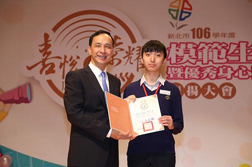 國立清華大學吳承澐(右)