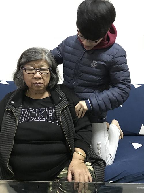 羅宜廷與祖母共同生活,照顧祖母