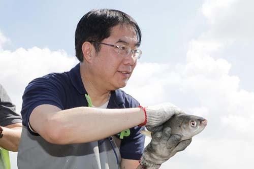台南䲜-虱目魚季明全聯開跑 台南市長黃偉哲親自下海捕魚
