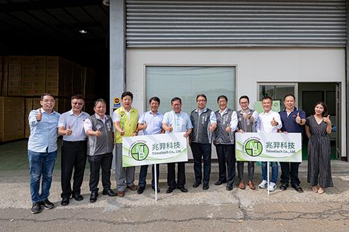 桃園市長鄭文燦參訪熔噴不織布大廠兆羿公司