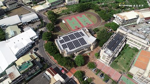 台中市府擴大適用設置範圍,圖為台中神岡豐洲國小屋頂
