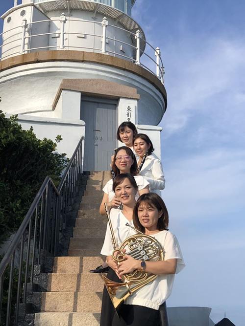 NTSO台灣青年交響樂團木管五重奏成員(前起)劉琬心、潘欣玫、鍾安琪、吳惠琪、歐易欣前進東引島進行音樂演出