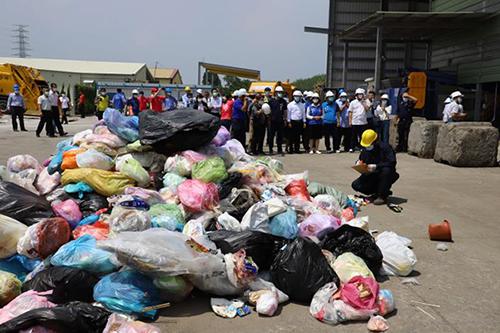 雲林縣長實地參觀零廢棄資源化系統操作流程