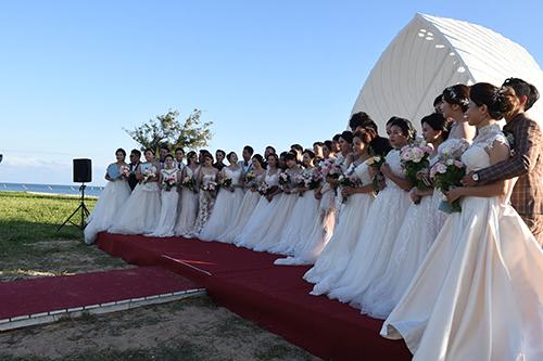 海洋派對情定澎湖灣 賴峰偉、劉陳昭玲為19對新人證婚