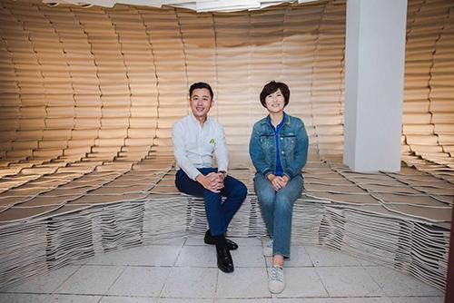 新竹市長林智堅與台東縣長饒慶鈴,坐在書海中。