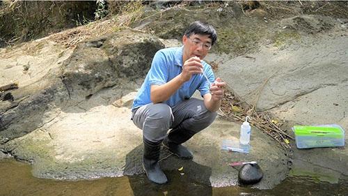 張睿昇到暖暖拍攝戶外採集藻類流(國立海大提供)