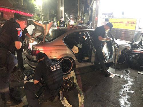 警方在顏嫌車輛搜證並起出大批解體機車零件。(記者孫曜樟翻攝)
