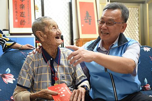 澎湖縣長賴峰偉訪百歲人瑞 致贈敬老禮金