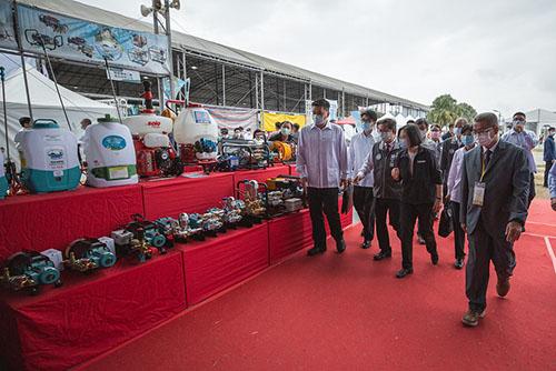 總統蔡英文出席台灣國際農業機械暨資材展 參觀新型專業農機攤位